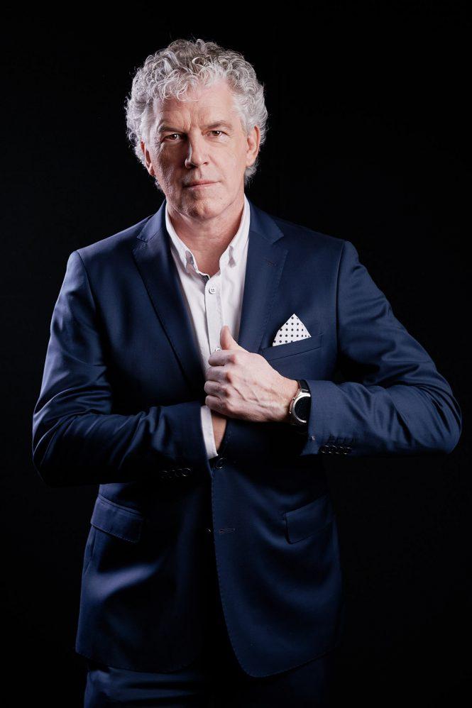 portrait corporate, business, photographe, homme, classe, moderne, cheveux blancs