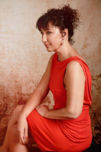 portrait de femme, robe rouge, élégance, 50 ans, Paris 18, photographe, Paris