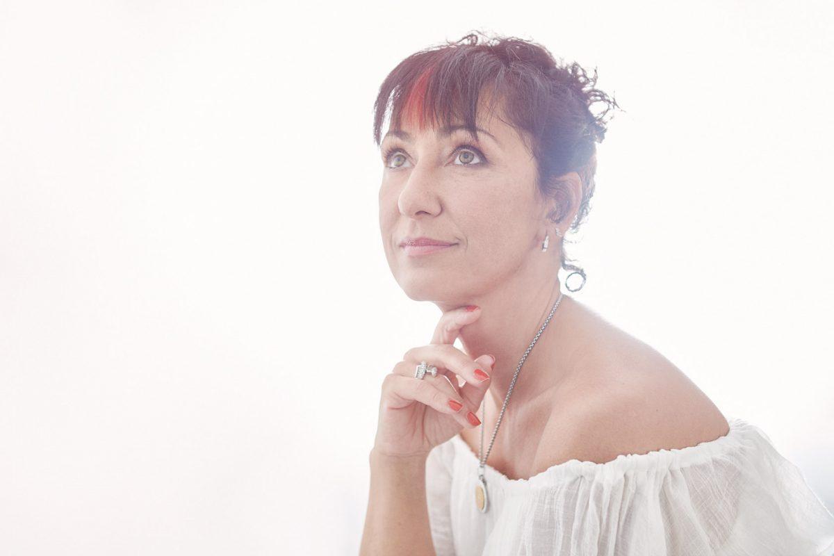 portrait de femme, robe blanche, élégance, 50 ans, Paris 18, photographe, Paris