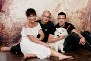 portrait de famille, famille avec chien , adolescence, 18 ans, Paris 18, photographe, Paris