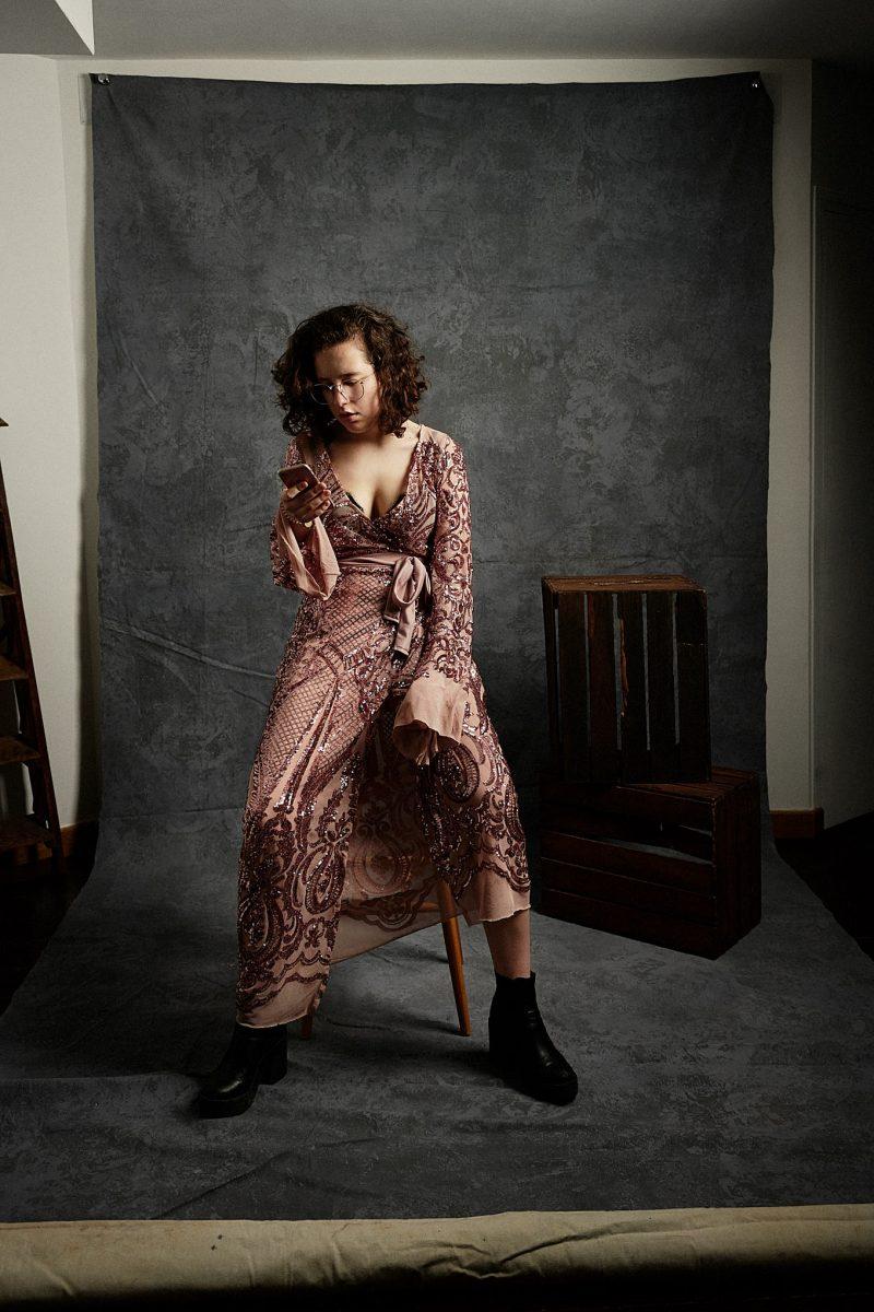 portrait, femme, ado, robe, élégance, photographe, portrait, Paris, millenials, robe, smartphone