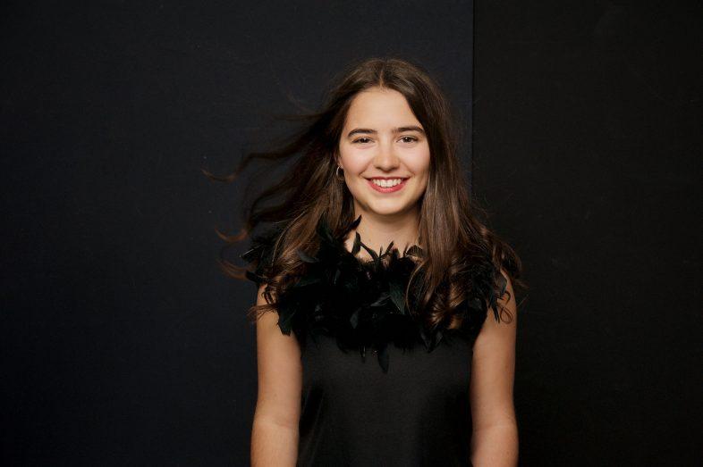 portrait, adolescent, cadeau, fille, 15 ans, sourire, se trouver jolie