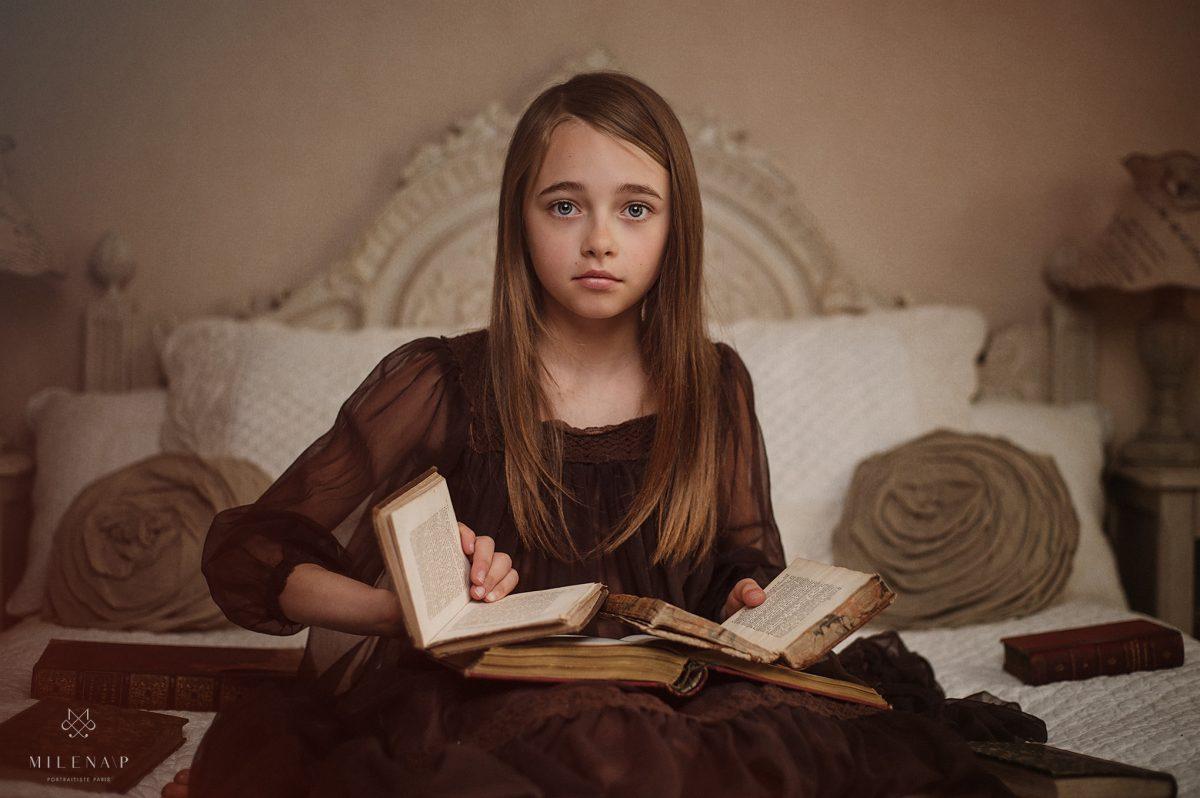 portrait, adolescent, cadeau, fille, 10 ans, livre, intérieur