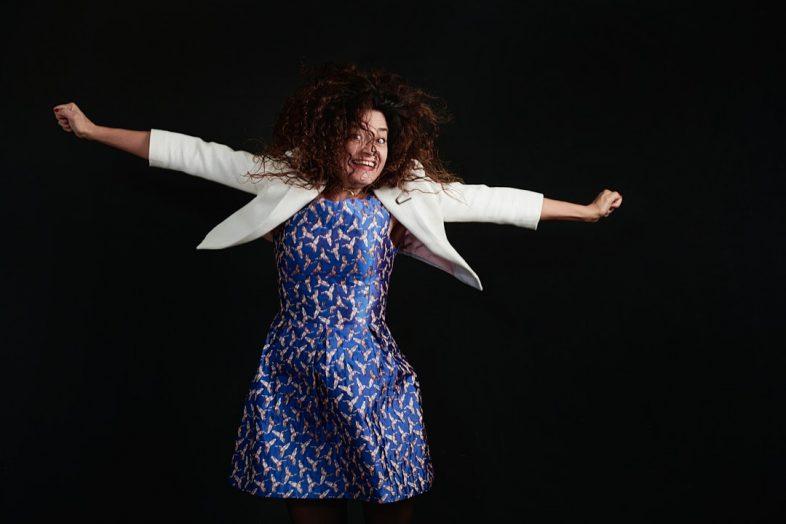 portrait entrepreneur, femme, fierté, robe bleue, sourire, personal branding